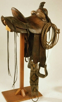 A bucking roll on a stock saddle